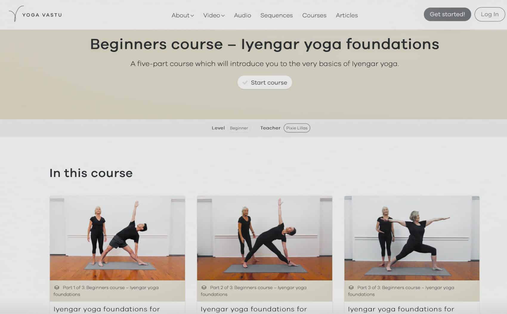 Captura de pantalla del sitio web tres imágenes de personas en pose de yoga en una colchoneta Los mejores cursos de instructores de yoga Certificados por YTT Alliance en línea Escuela Internacional de Yoga Online Hacerse profesor o profesora de yoga con un curso de monitor intensivo en linea