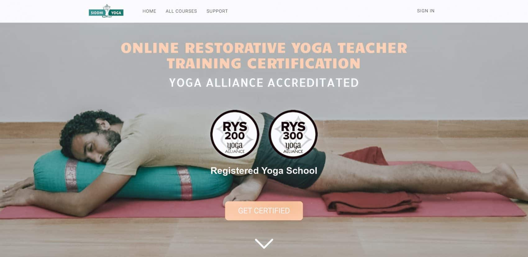 Captura de pantalla de la página de índice del sitio web hombre en el piso sosteniendo un refuerzo de yoga Escuela Internacional de Yoga Online Hacerse profesor o profesora de yoga con un curso de monitor intensivo en linea